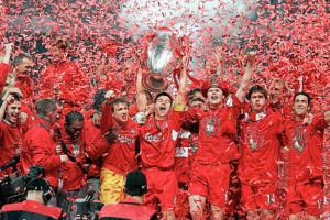 Gerrard-lifts-CL-trophy-2005