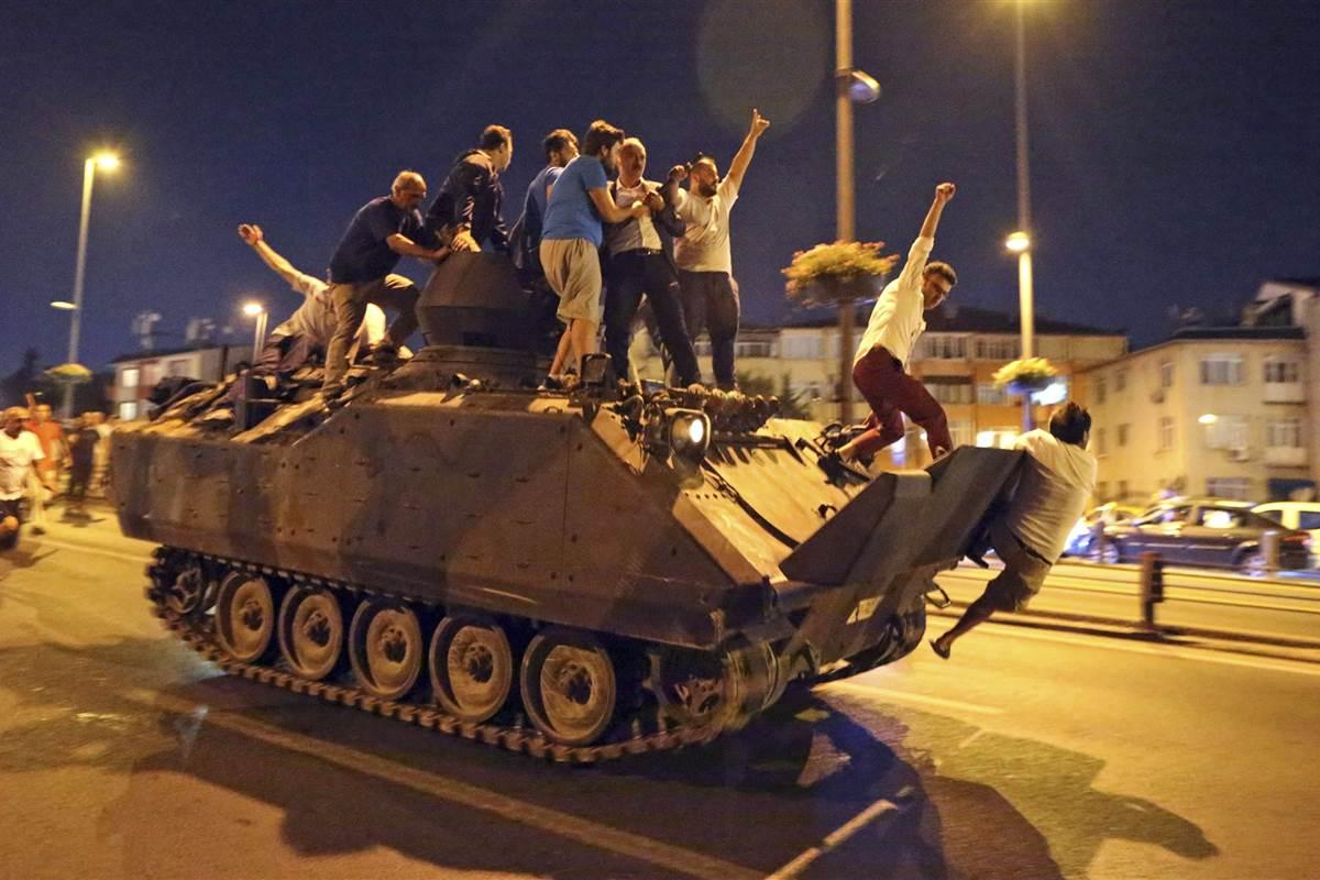 ss-160715-turkey-coup-mn-23_c6cb5b5de5fe2187620cff9149309acf.nbcnews-fp-1200-800 (1)
